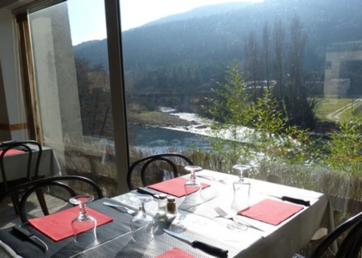 Pendant votre séjour, le restaurant (l'Esclop) et le traiteur (La cuisine de Sandrine) du village vous invitent tous deux à déguster leurs spécialités.      Installé sur la terrasse au bord de l'eau ou livré directement au camping, chacun choisit son style.